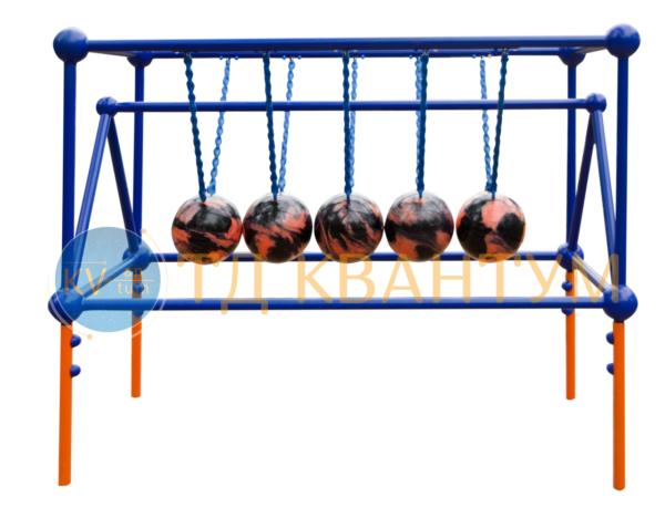 """Малая архитектурная форма интерактивный экспонат """"Колыбель Ньютона"""" установленный в парке"""