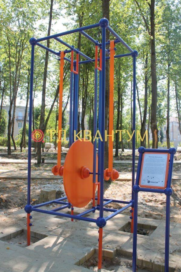 """Малая архитектурная форма интерактивный экспонат """"Маятник Максвелла"""" установленный в парке"""