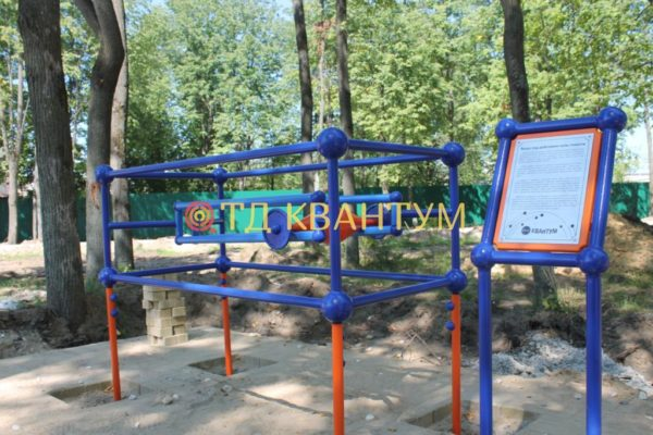 """Малая архитектурная форма интерактивный экспонат """"Вверх под воздействием силы тяжести"""" установленный в парке"""